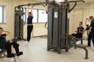 Grupa ludzi ćwiczących na siłowni